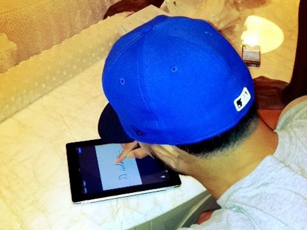 Deron-williams-signing-contract-with-ipad