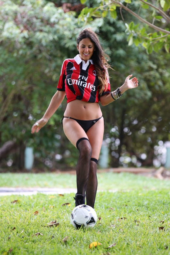 Claudia-Romani-in-thong-bikini-plays-soccer-in-Miami-11-560x840