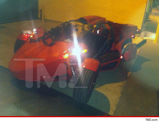 0928-tmz-nicki-minaj-roadster-3